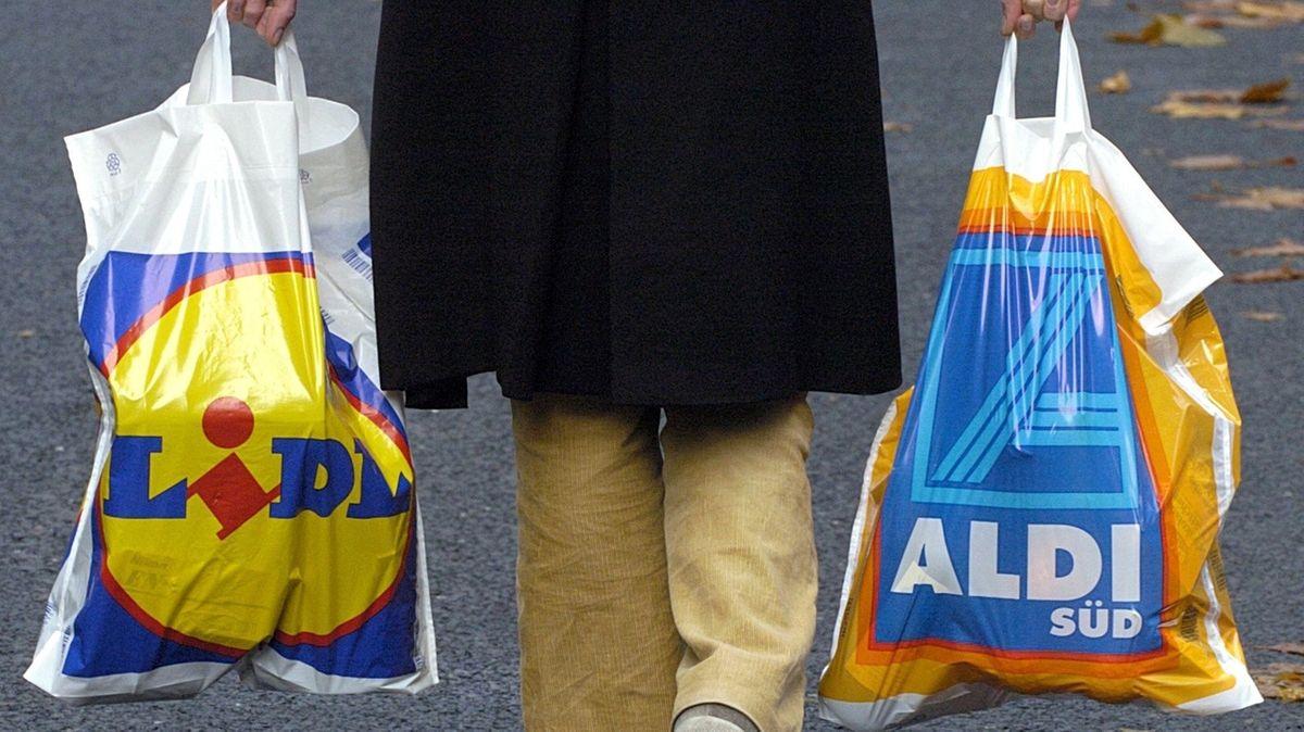Frau trägt Tüten von Aldi und Lidl