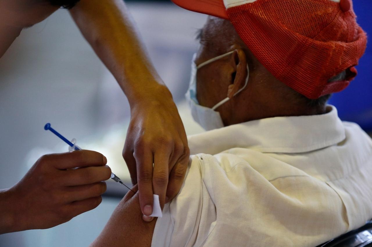 Impfungen weltweit - Symbolbild: Mexiko-Stadt: Ein medizinischer Mitarbeiter impft einen Mann