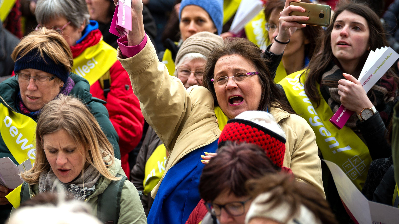 Symbolbild: Katholische Frauen laufen Sturm (aufgenommen beim Flashmob zum Weltfrauentag am 8.3.2019 in München)
