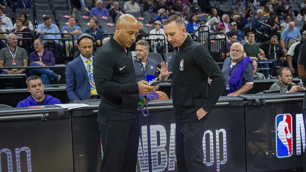 NBA-Offizielle vor der Absage des Spiels zwischen Utah Jazz und den Oklahoma City Thunder