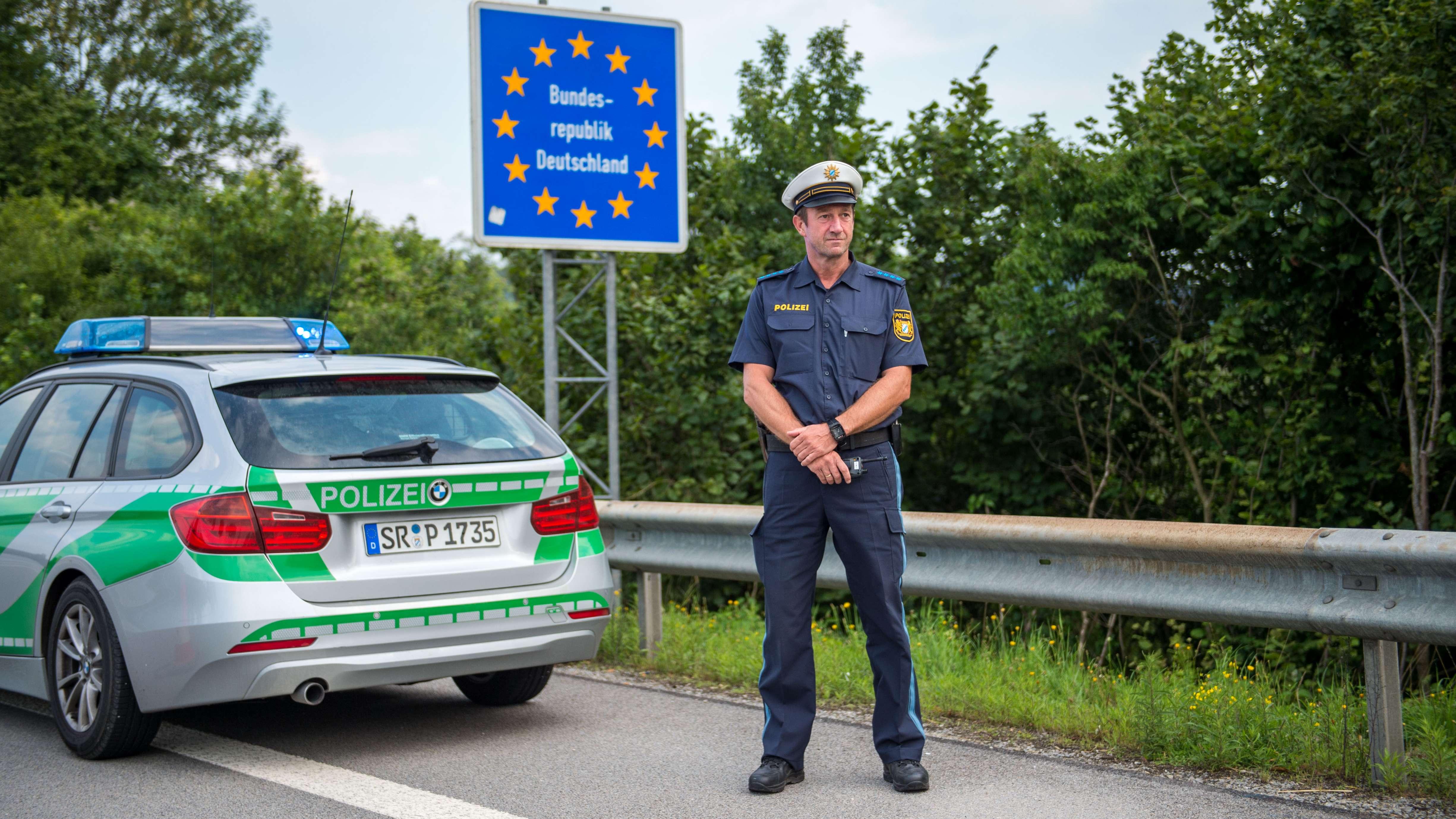 Ein Beamter der bayerischen Grenzpolizei steht am 18. Juli 2018 am Grenzübergang Kirchdorf an der deutschen Staatsgrenze