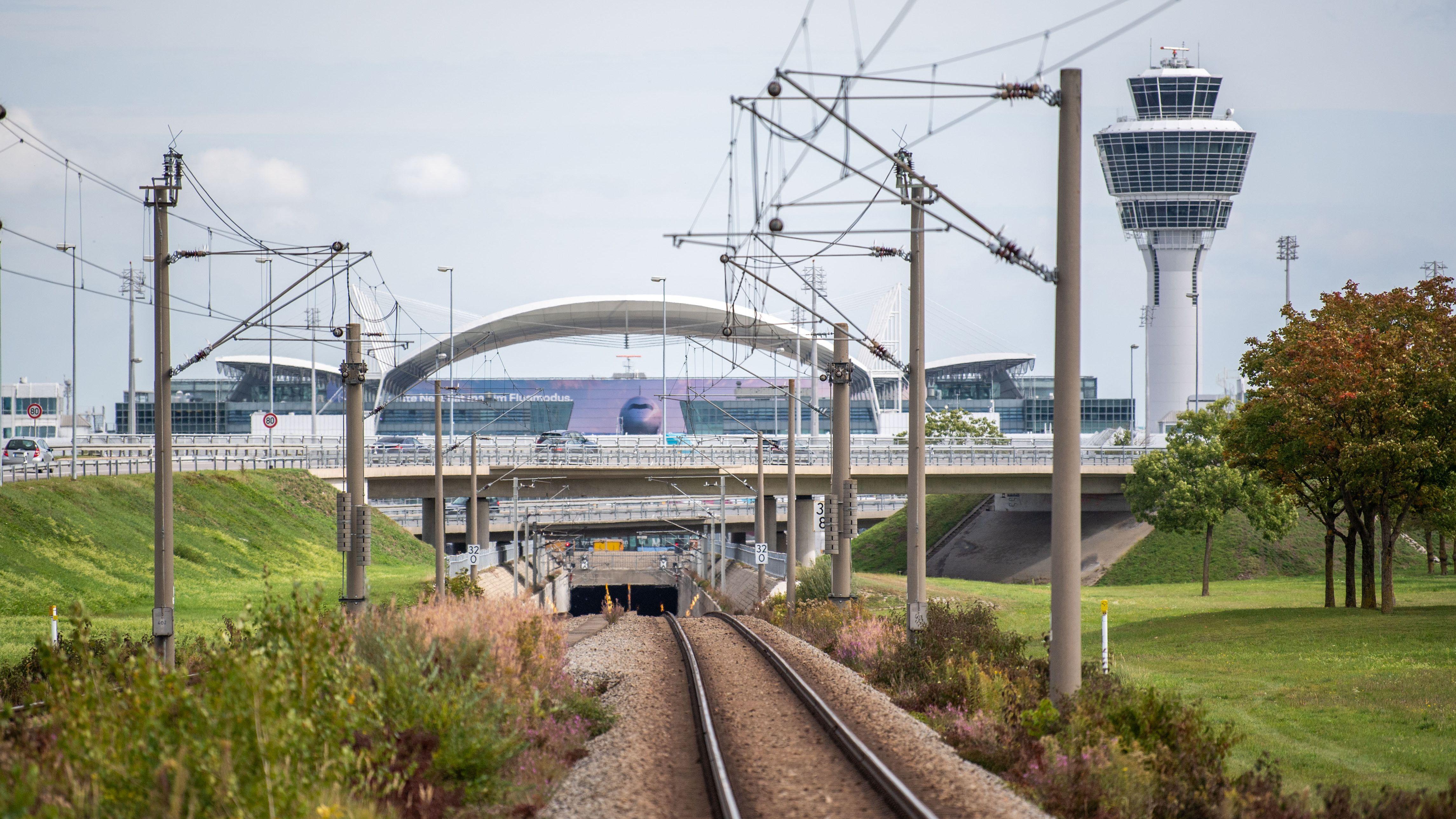 Symbolbild: S-Bahn-Strecke zum Münchner Flughafen (Archivbild)