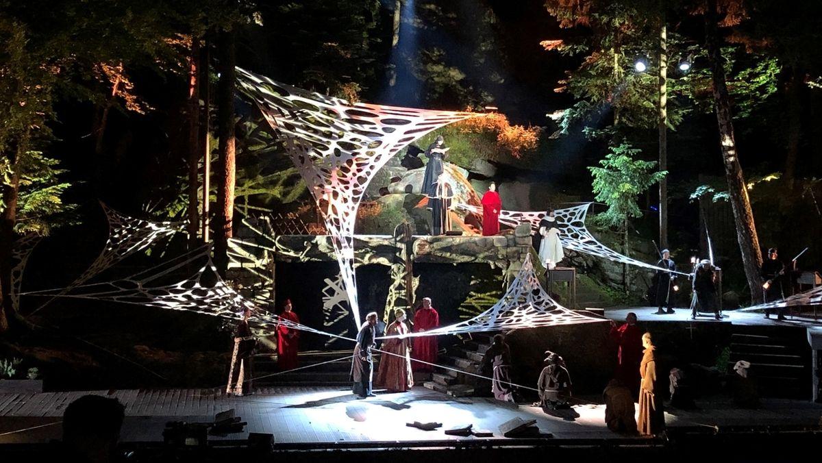 """Eine Szene aus dem Musical """"Der Name der Rose"""" das bei den Luisenburg-Festspielen 2021 Premiere feiert."""
