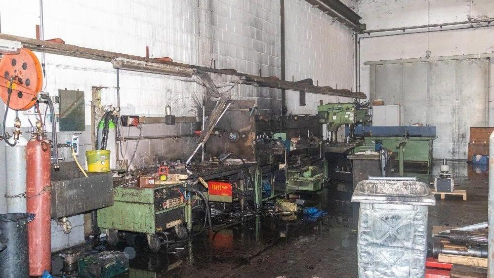 Die Werkbank mit verkohlten Werkzeugen und Geräten