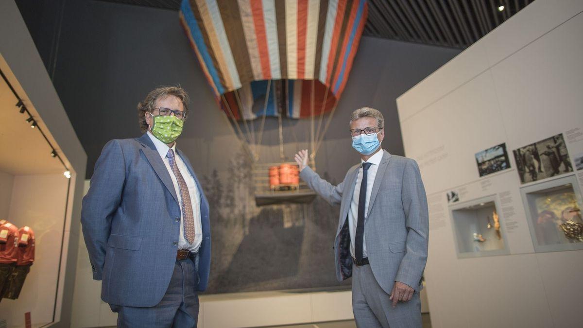 Bayerns Kunstminister Bernd Sibler (rechts) präsentiert den Ballon im Haus der bayerischen Geschichte in Regensburg.