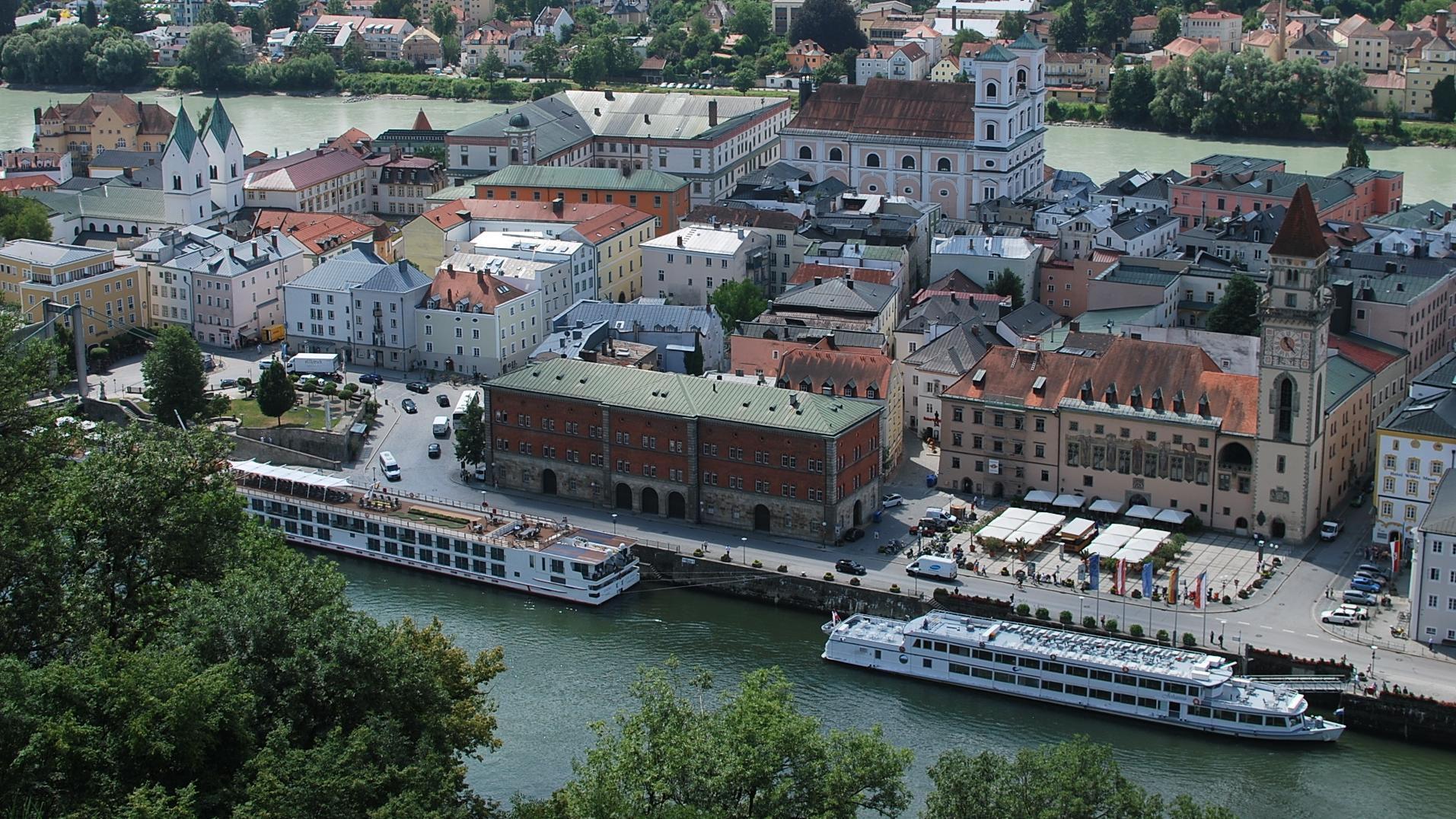 Schiffe an den Anlegeplätzen in Passau