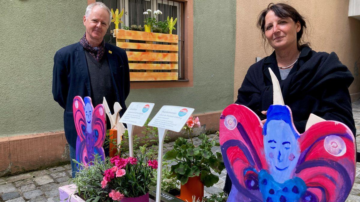 Kuratorin Judith Bader und LJKE-Vorstand Reinhard Kapfhammer neben  Kunstwerken des Jugendkunstschultags