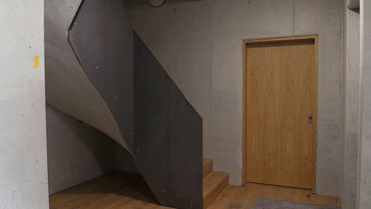 Der Eingangsbereich des Holz-Mehrfamilienhauses.