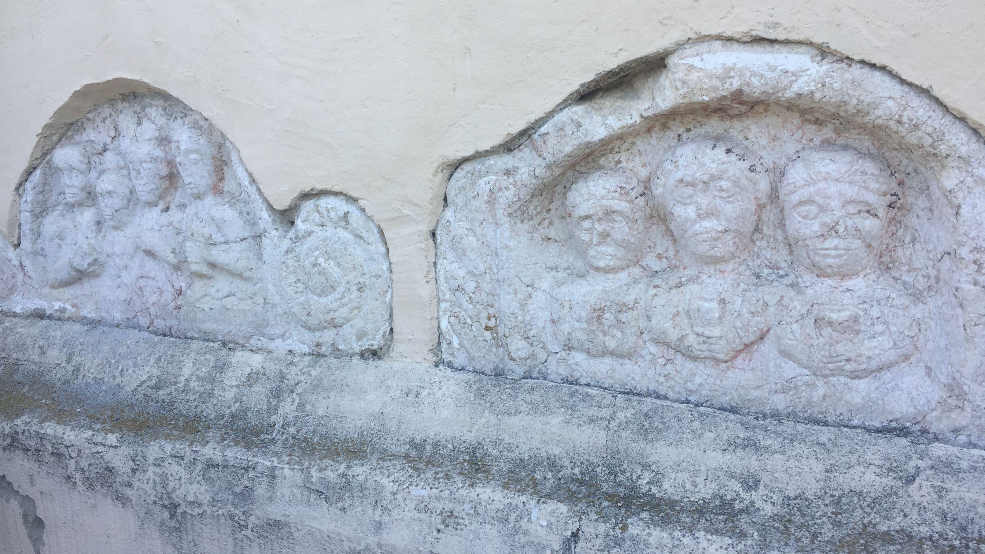 Die Köpfe der Siebenschläfer an der Kirche Ruhstorf