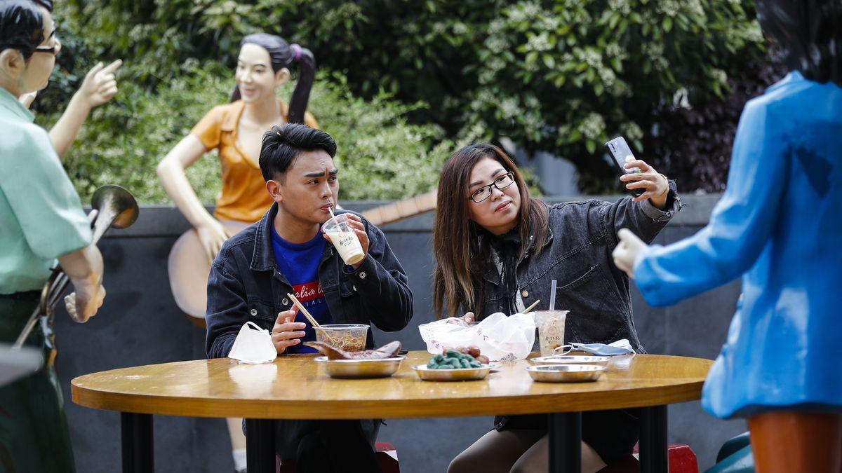 Eine Frau nimmt in einem Restaurant in Wuhan ein Selfie auf