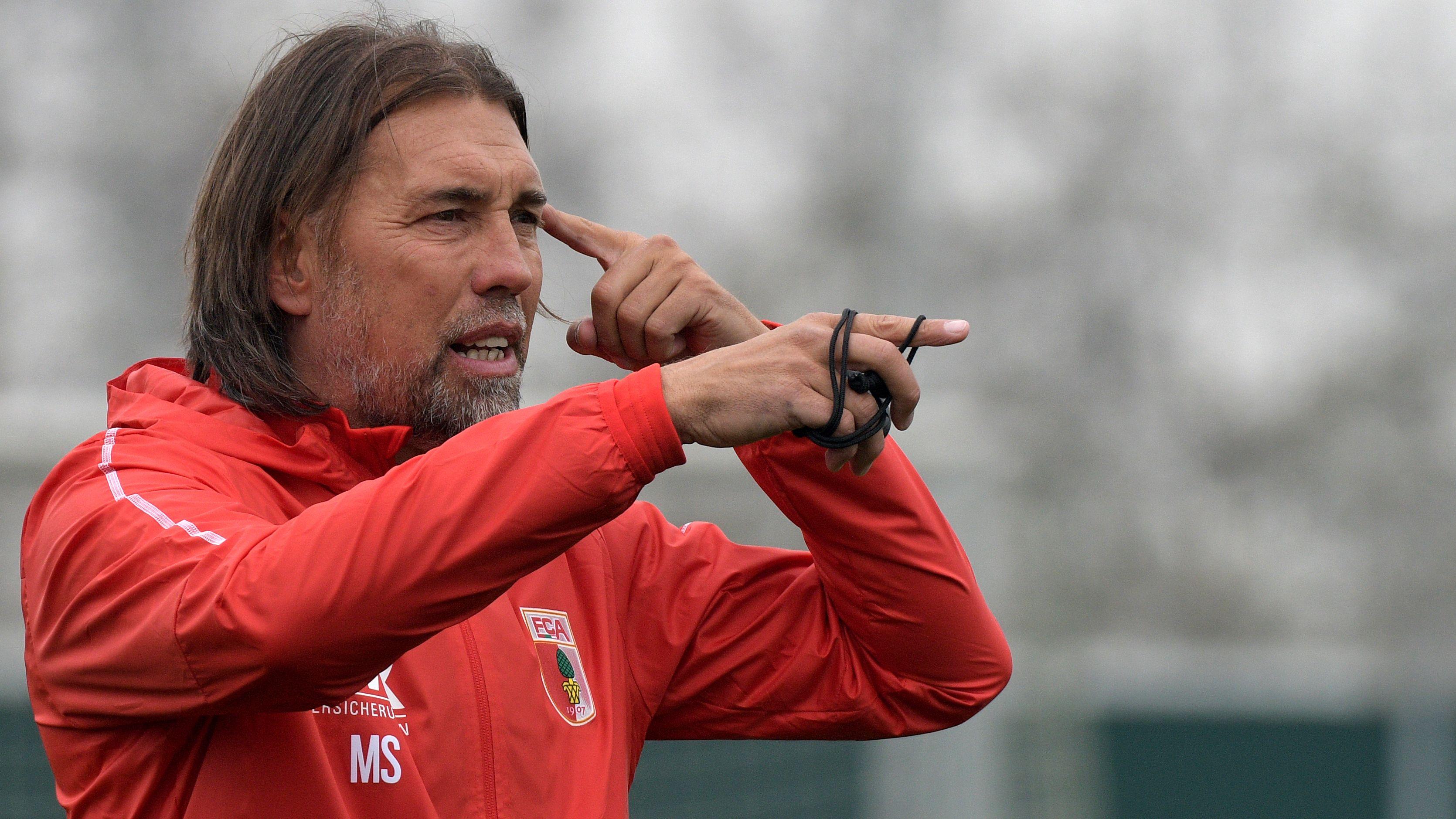 Augsburgs Trainer Martin Schmidt im Training