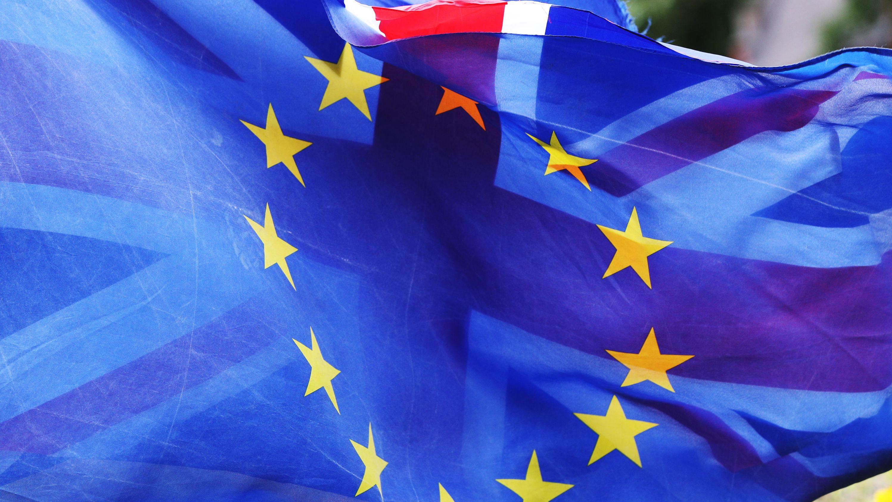 Flaggen der Europäischen Union und Großbritanniens wehen auf dem College Green