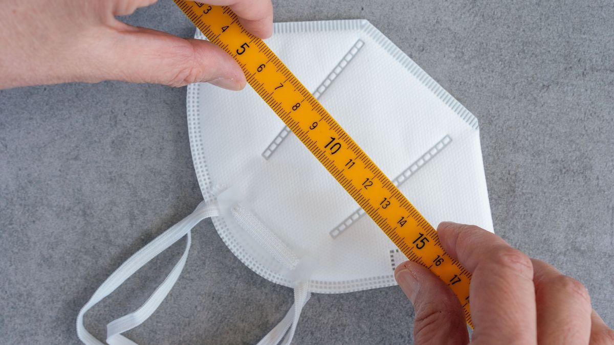 An eine FFP2-Maske wird ein Meterstab angelegt (Symbolbild).