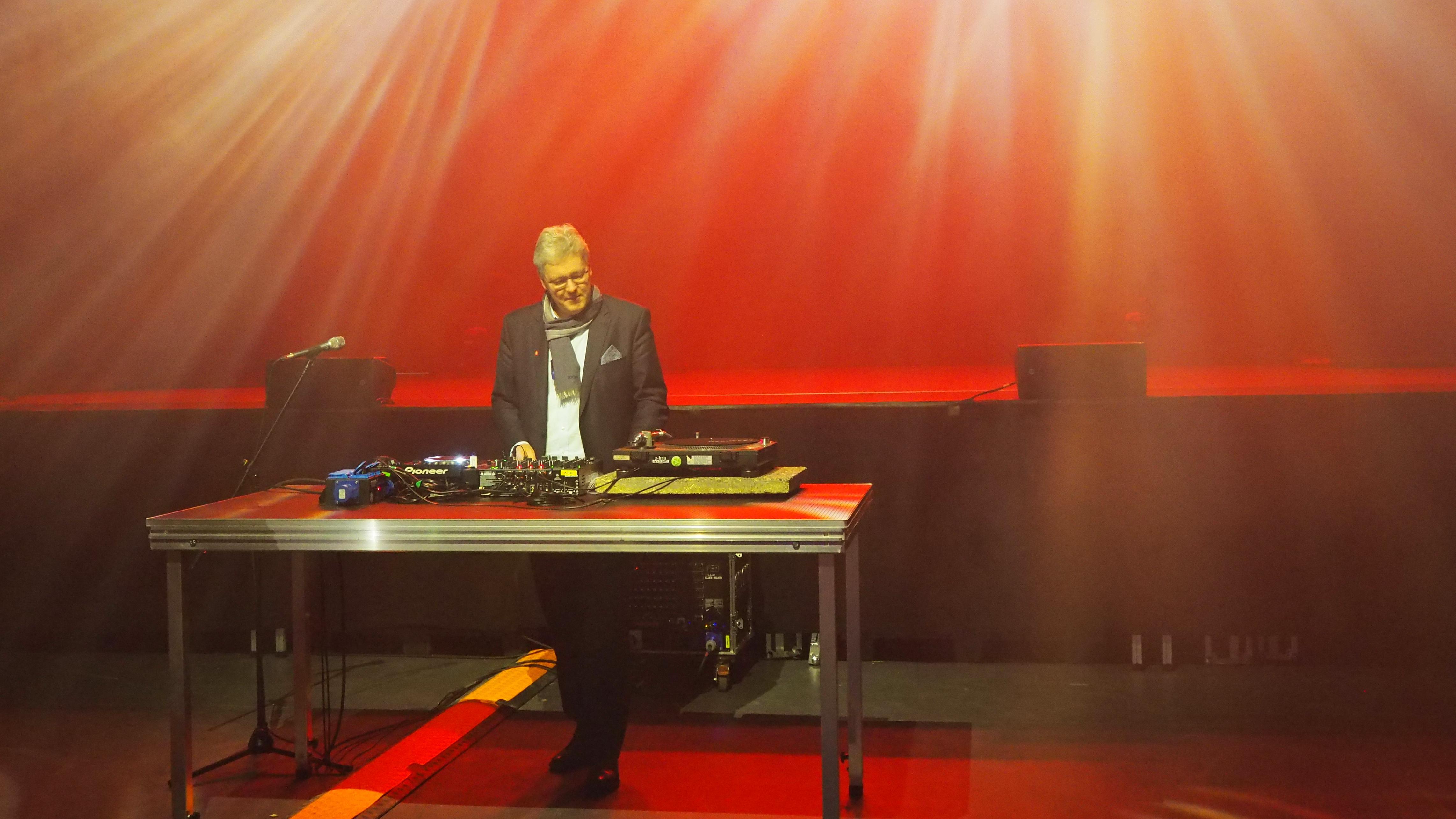 Eröffnung des Großen Saals im Nürnberger Z-Bau - der Vorsitzende der Sparkasse Nürnberg, Matthias Everding, überzeugt sich von der neuen Ton- und Lichtanlage