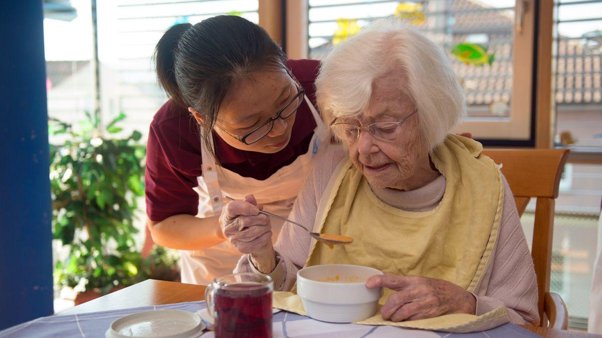 Pflegekraft aus China in einem deutschen Altenheim