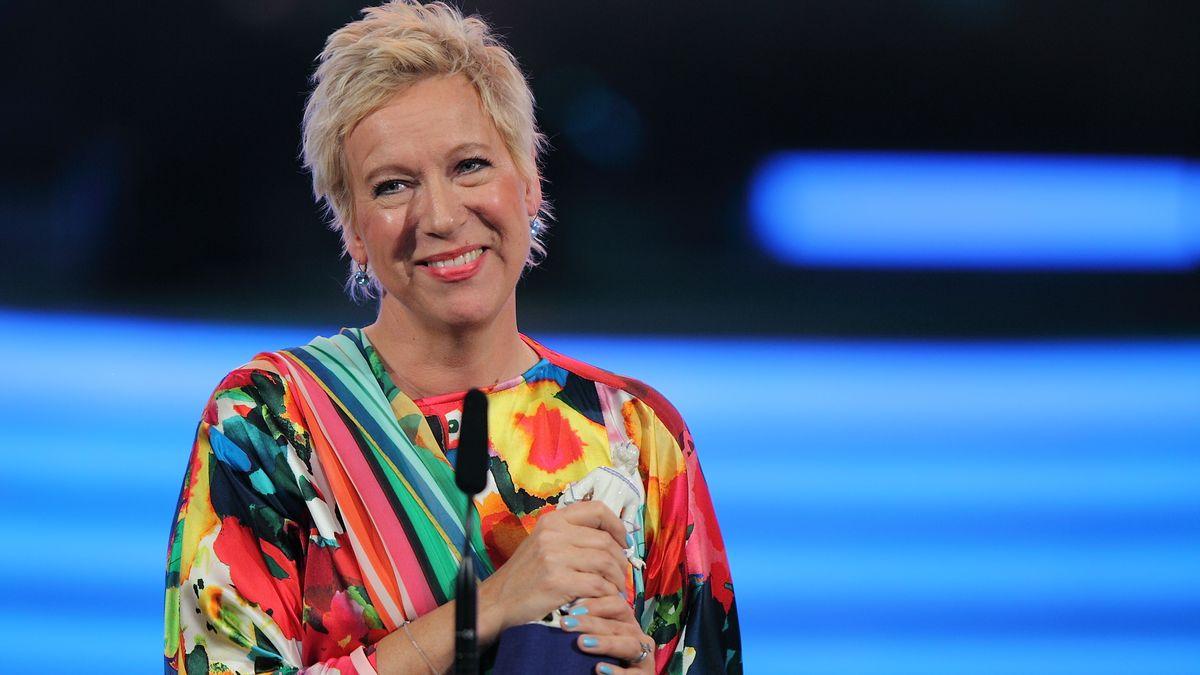 Regisseurin Doris Dörrie in einer farbenfrohen Bluse, freut sich über die Auszeichnung mit dem Bayerischen Filmpreis 2011.