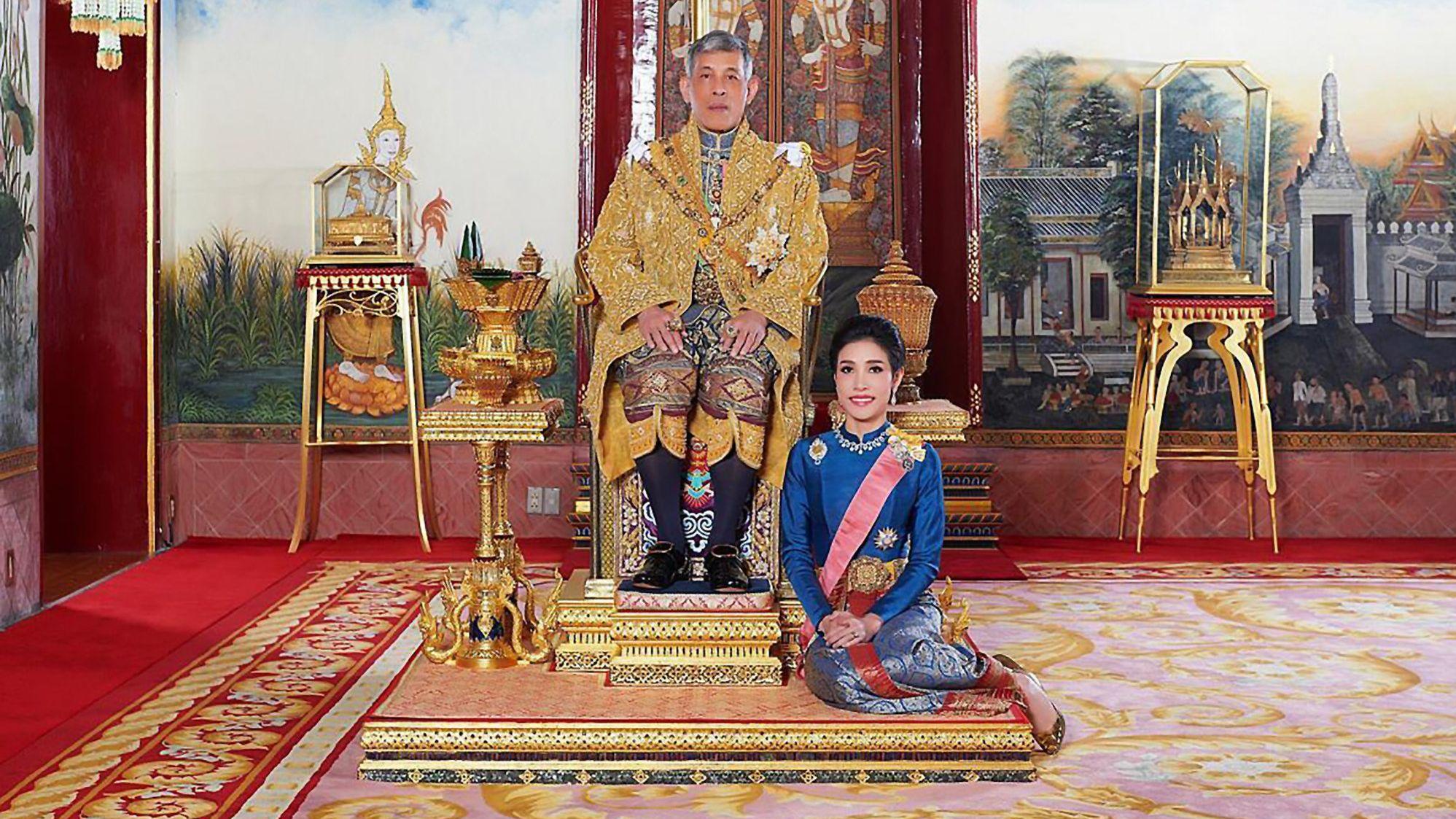 """Der thailändische König Maha hat seine langjährige Freundin Sineenat den Titel """"Chao Khun Phra"""" (Königlich-Adelige Gemahlin), verliehen."""