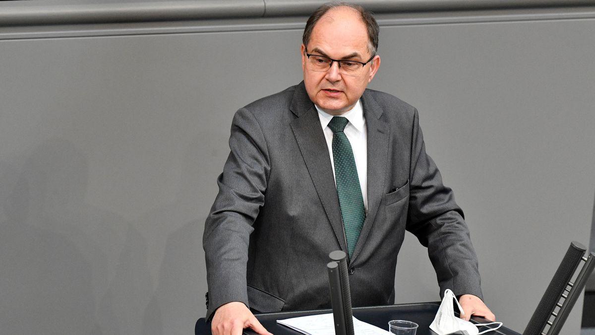 Christian Schmidt steht am Redepult im Bundestag.
