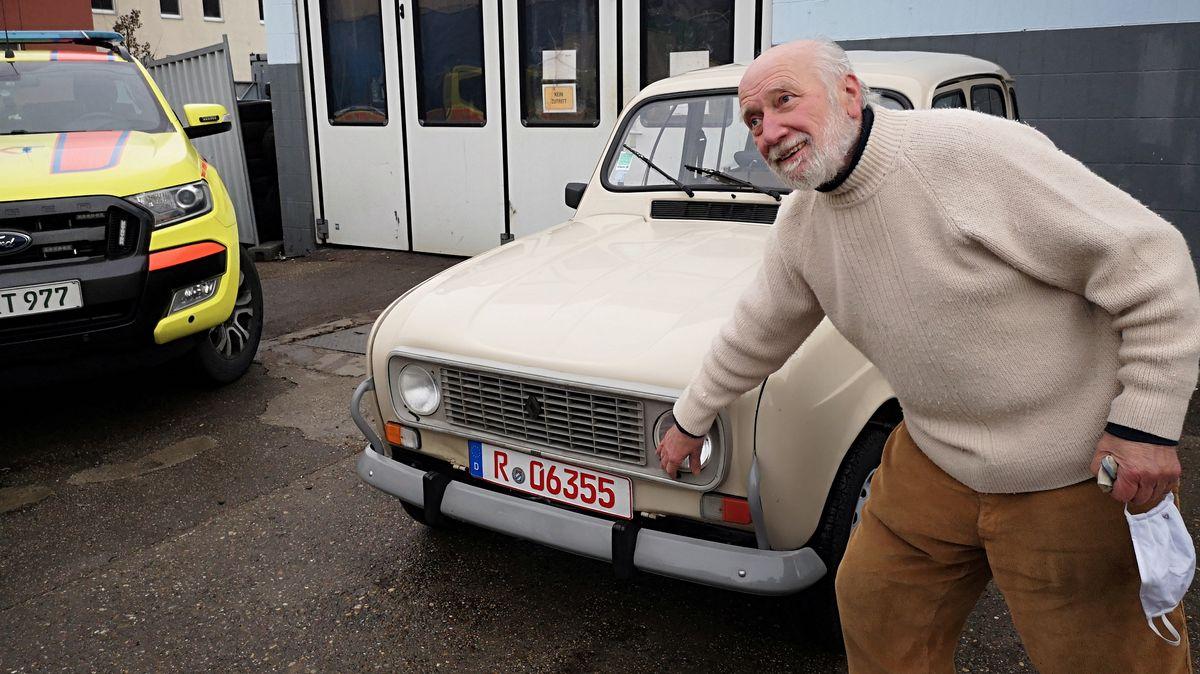 Pater Clemens an seinem Renault R4.