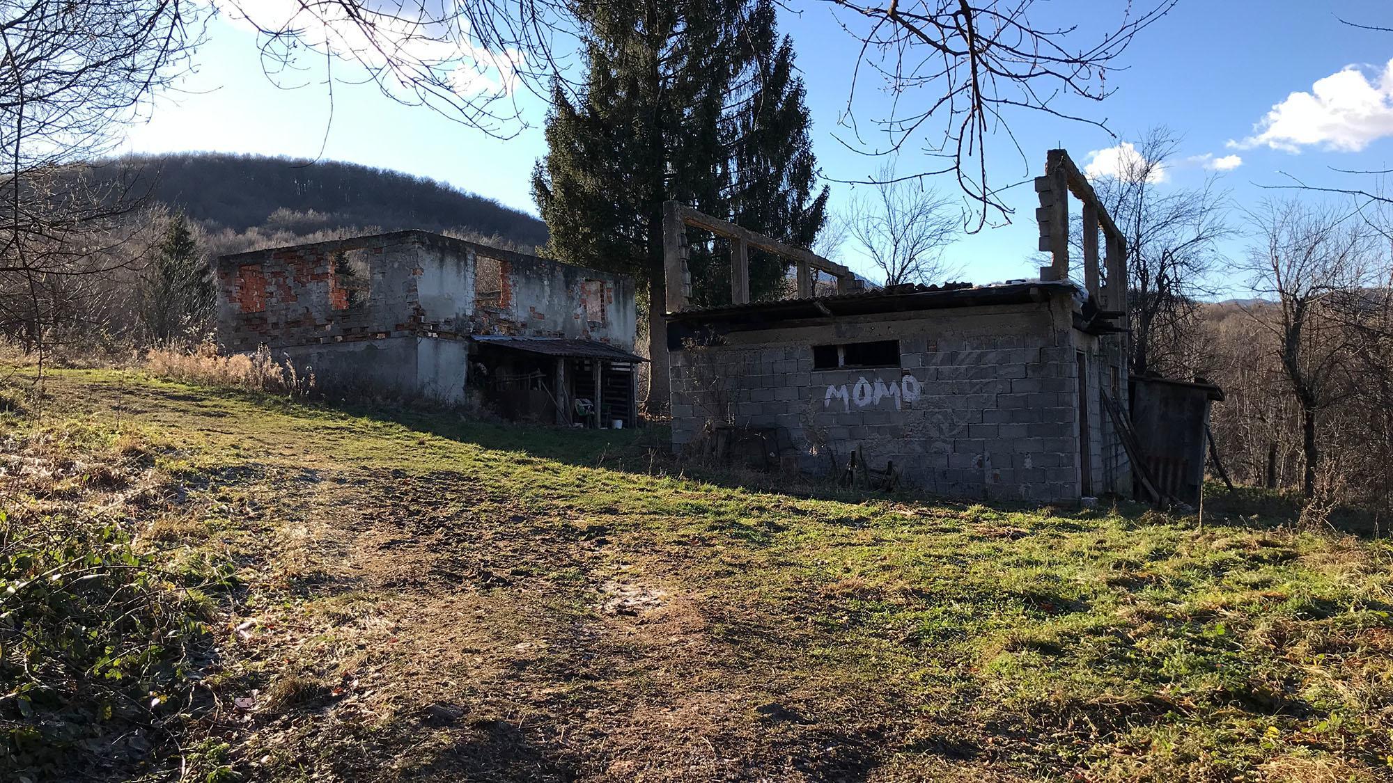 Auf bosnischer Seite beginnt ein Team des ARD-Studio Südosteuropa seine Suche und findet anhand angegebener GPS-Daten den abgelegenen Waldweg und kurz darauf auch den Ort, an dem die Aufnahmen entstanden sind: Im bosnisch-kroatischen Grenzgebiet bei Lohovo rund 16 Kilometer südlich von Bihac.