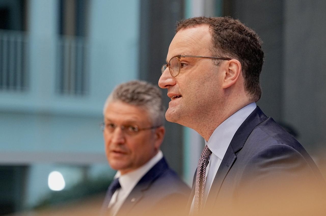 07.05.2021, Berlin: Jens Spahn (CDU), Bundesminister für Gesundheit, spricht neben Lothar Wieler (l), Präsident des Robert Koch-Instituts (RKI),  bei der wöchentlichen Pressekonferenz in der Bundespressekonferenz zur aktuellen Coronalage. Foto: Michael Kappeler/dpa +++ dpa-Bildfunk +++