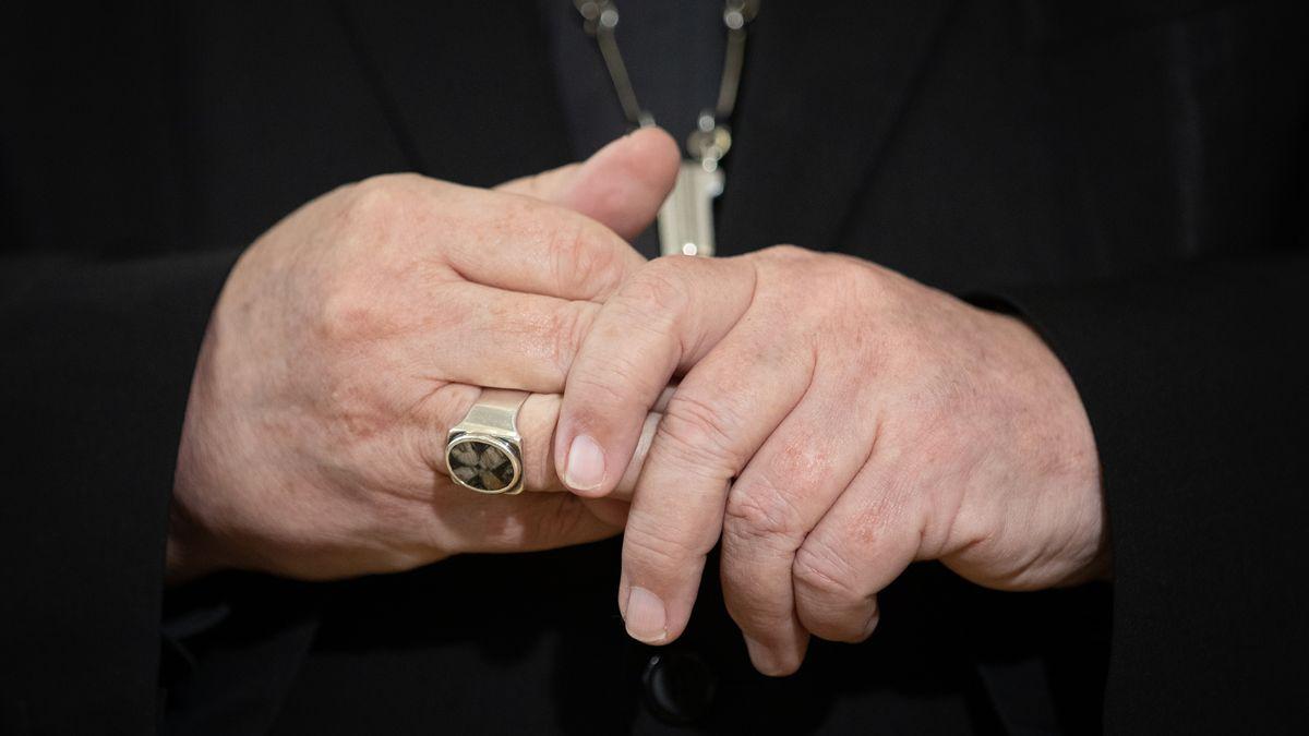 Die Hände von Kardinal Reinhard Marx mit dem Bischofsring (Symbolbild)