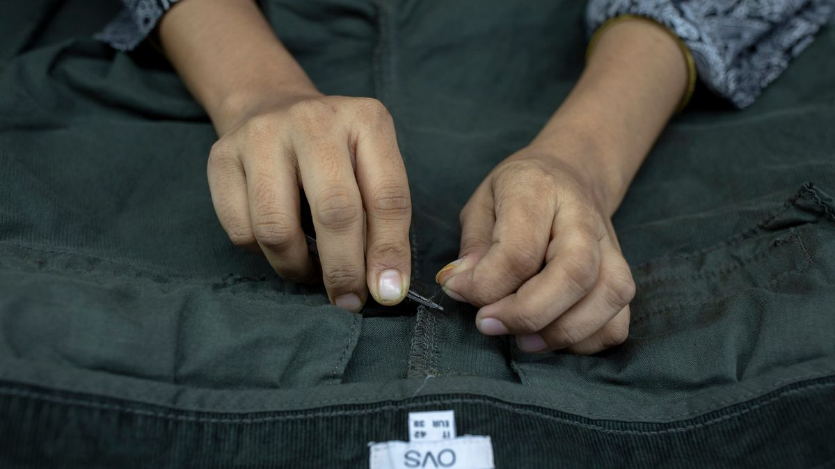 Eine Frau arbeitet in einer Textilfabrik in Bangladesch