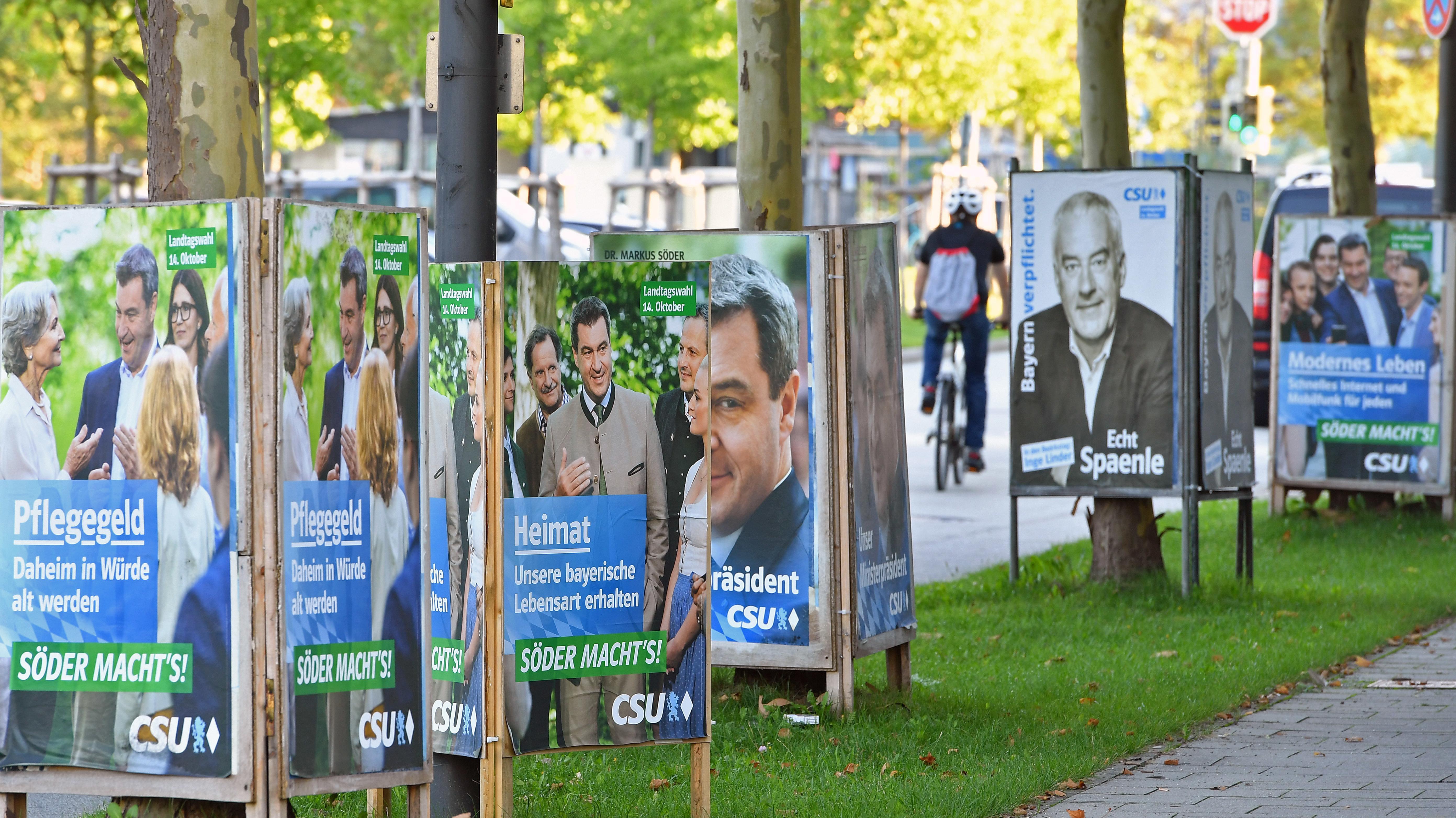 Wahlplakate der CSU an einer Straße