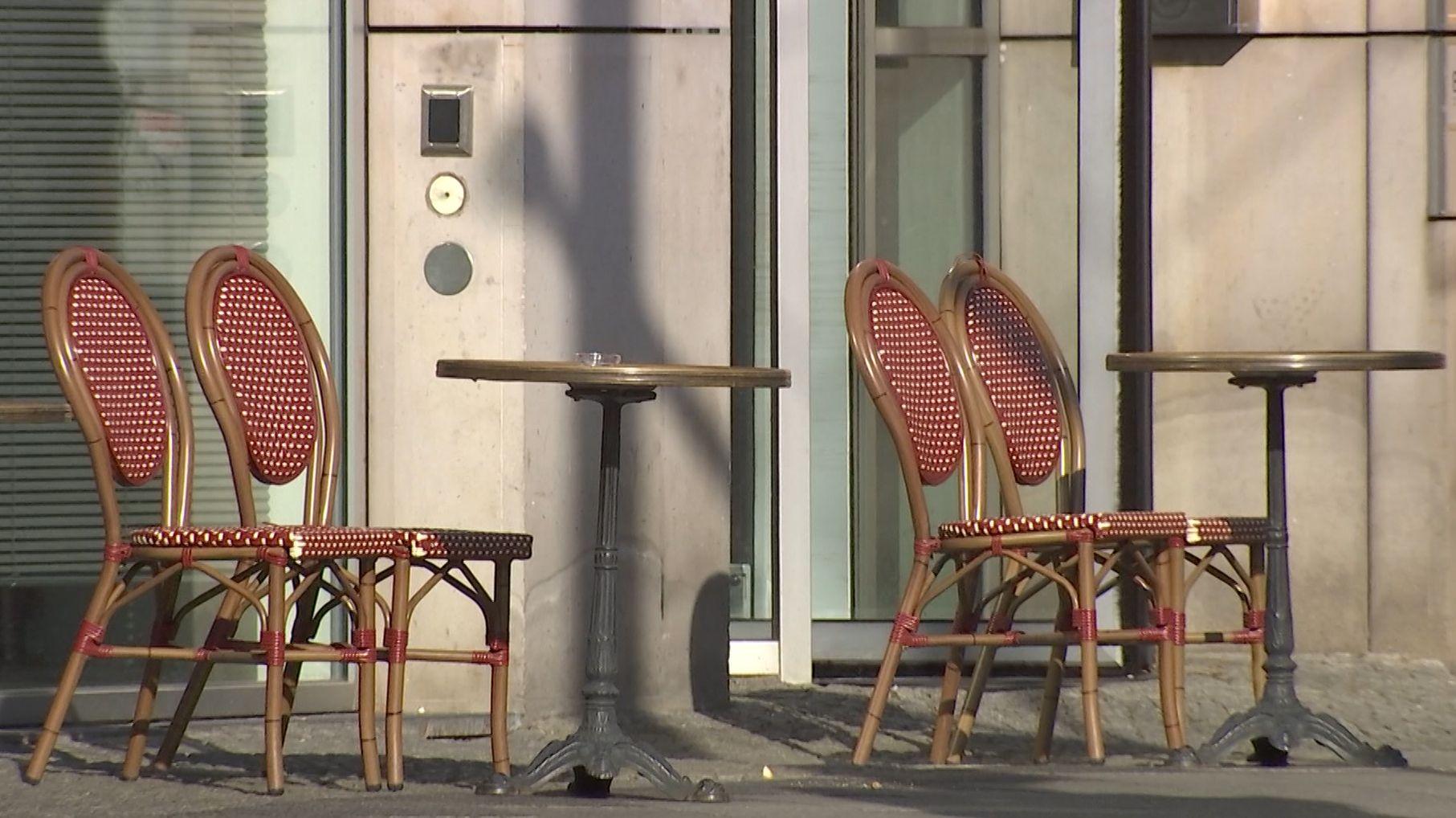 Leere Stühle eines Cafés im Außenbereich