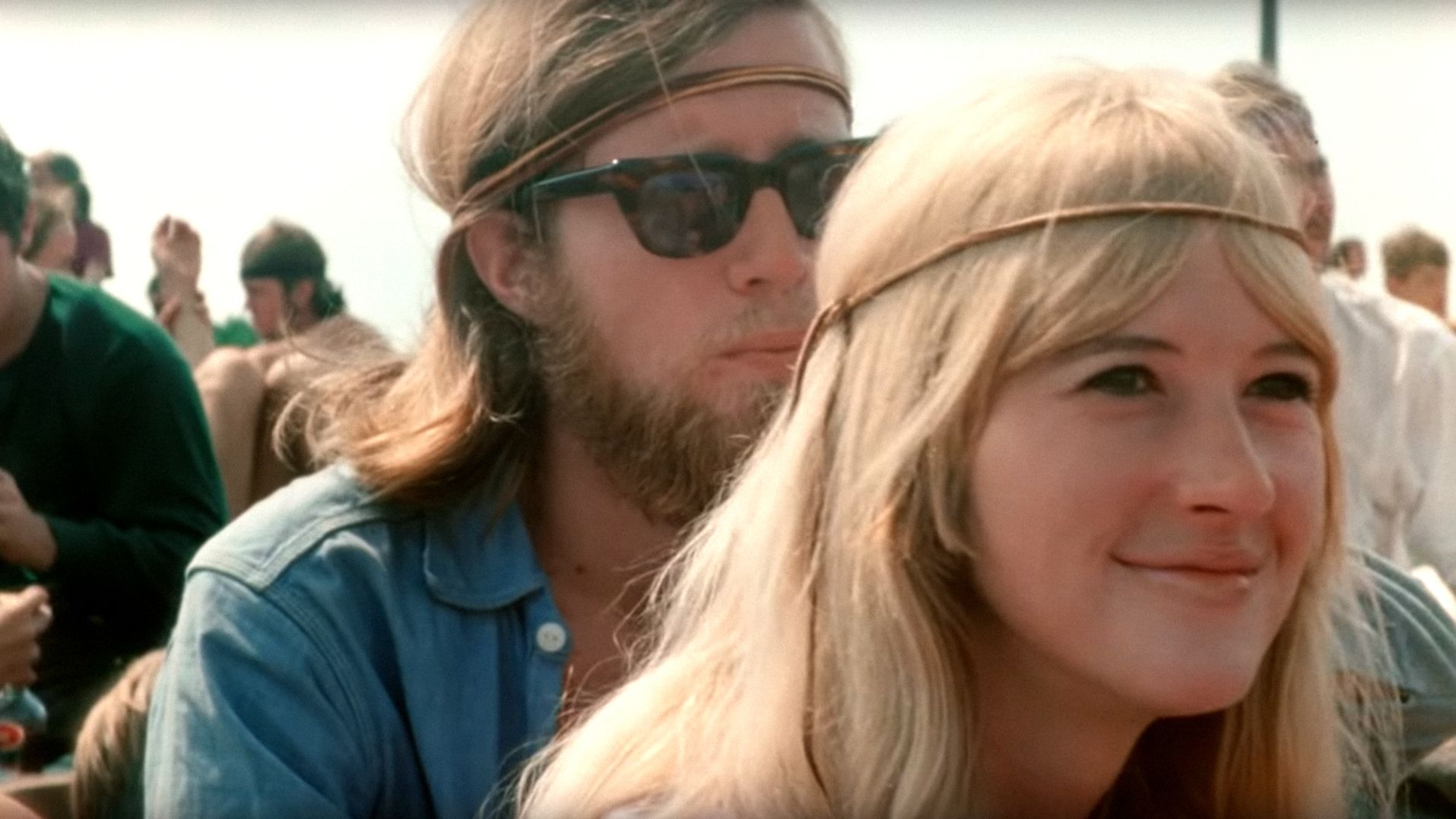 Besucher in Woodstock: Paar mit langen Haaren und Lederbänden um den Kopf