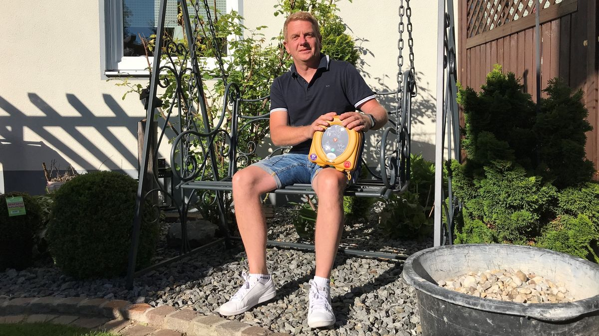 Hobby-Fußballer Helmut Schaffelhofer hatte auf dem Platz einen Herzstillstand. Ein Defibrillator hat ihm das Leben gerettet.