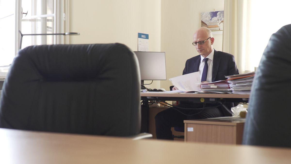 ZKG-Leiter Richard Findl mit einem Stapel Akten.