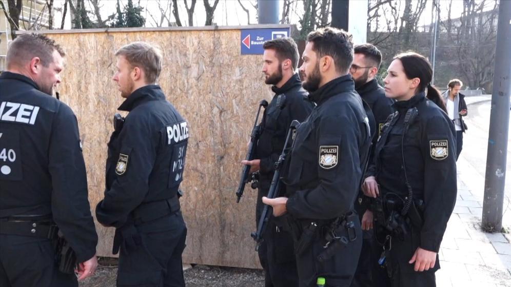 Schüsse auf einer Baustelle mitten in München: Ein Sondereinsatz-Kommando der Polizei rückte sofort aus und fand zwei Tote.  | Bild:BR