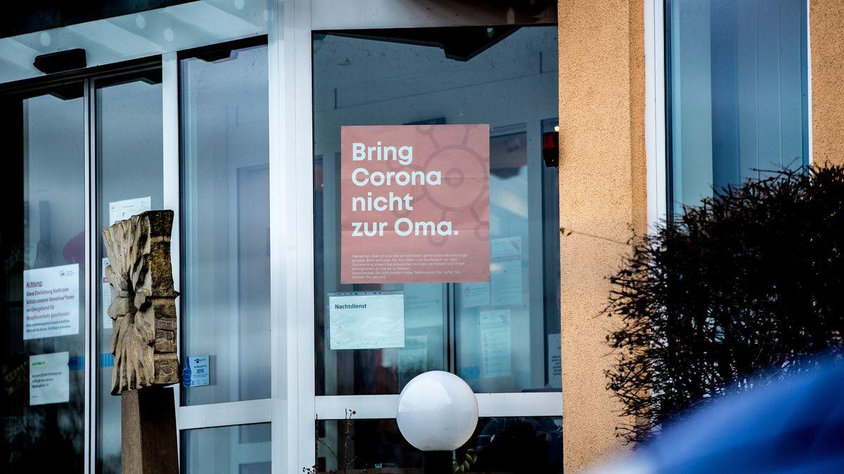 """""""Bring Corona nicht zur Oma"""": Plakat in einem Pflegeheim bei Bamberg, aufgenommen am 22.01.21."""