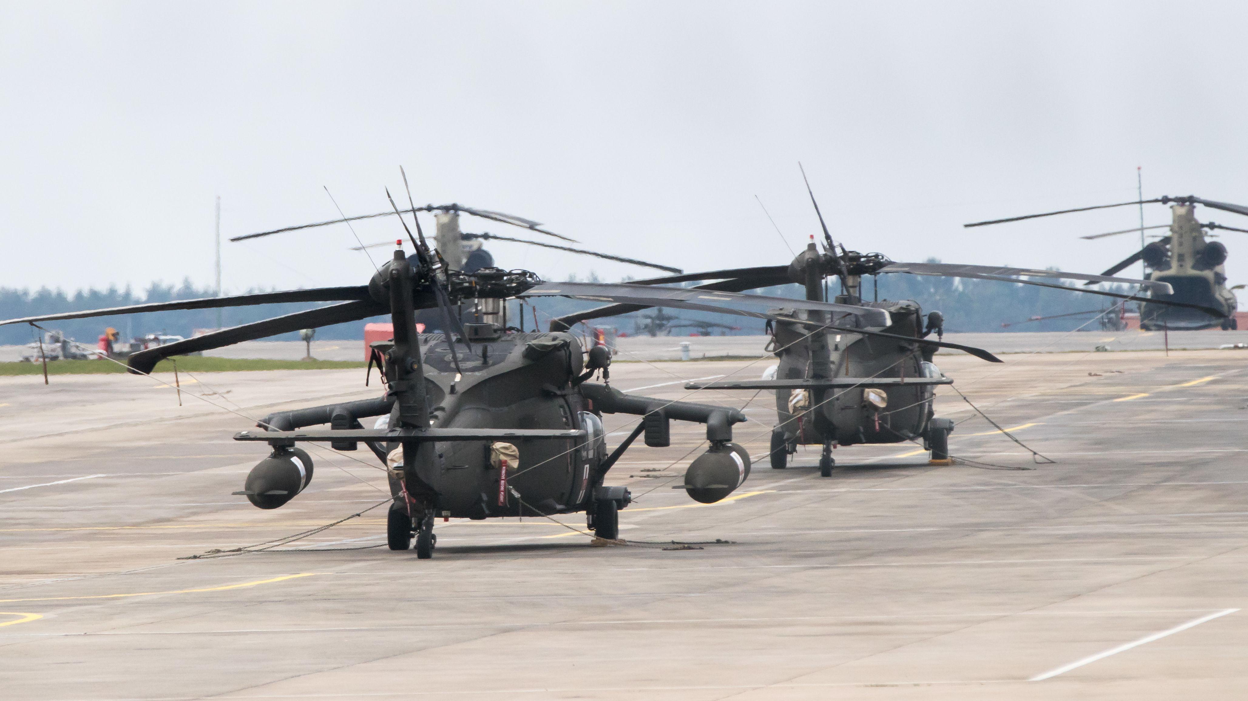 Helikopter der US-Armee stehen auf dem Flugfeld am Stützpunkt Katterbach bei Ansbach
