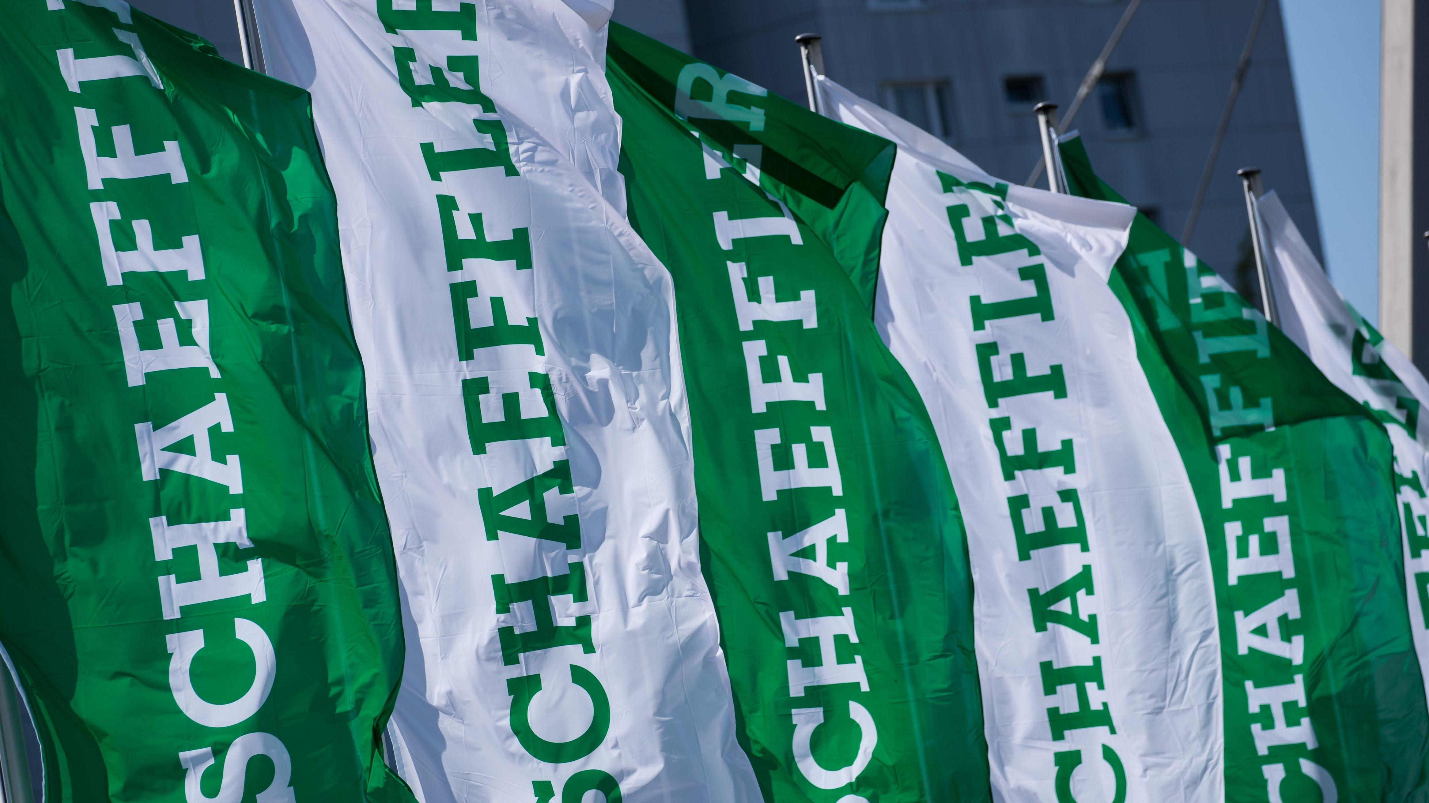 Grüne und weiße Fahnen der Firma Schaeffler