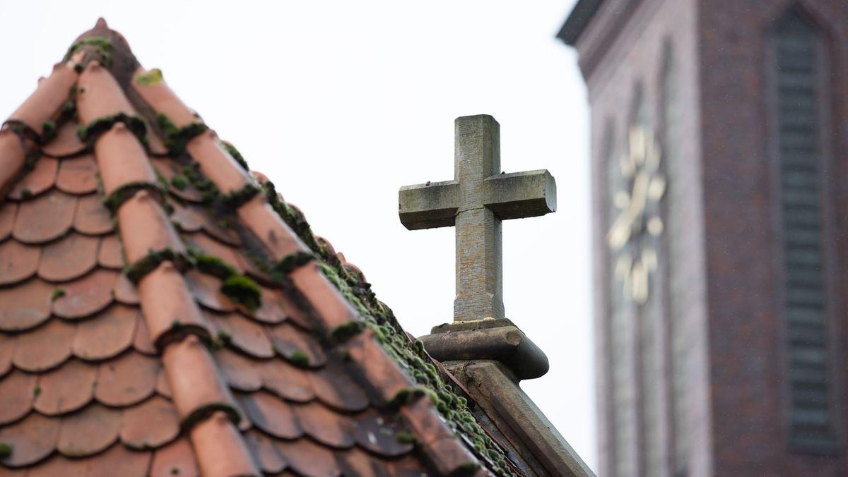 Ein Kreuz auf einer Kirche. (Symbolbild)