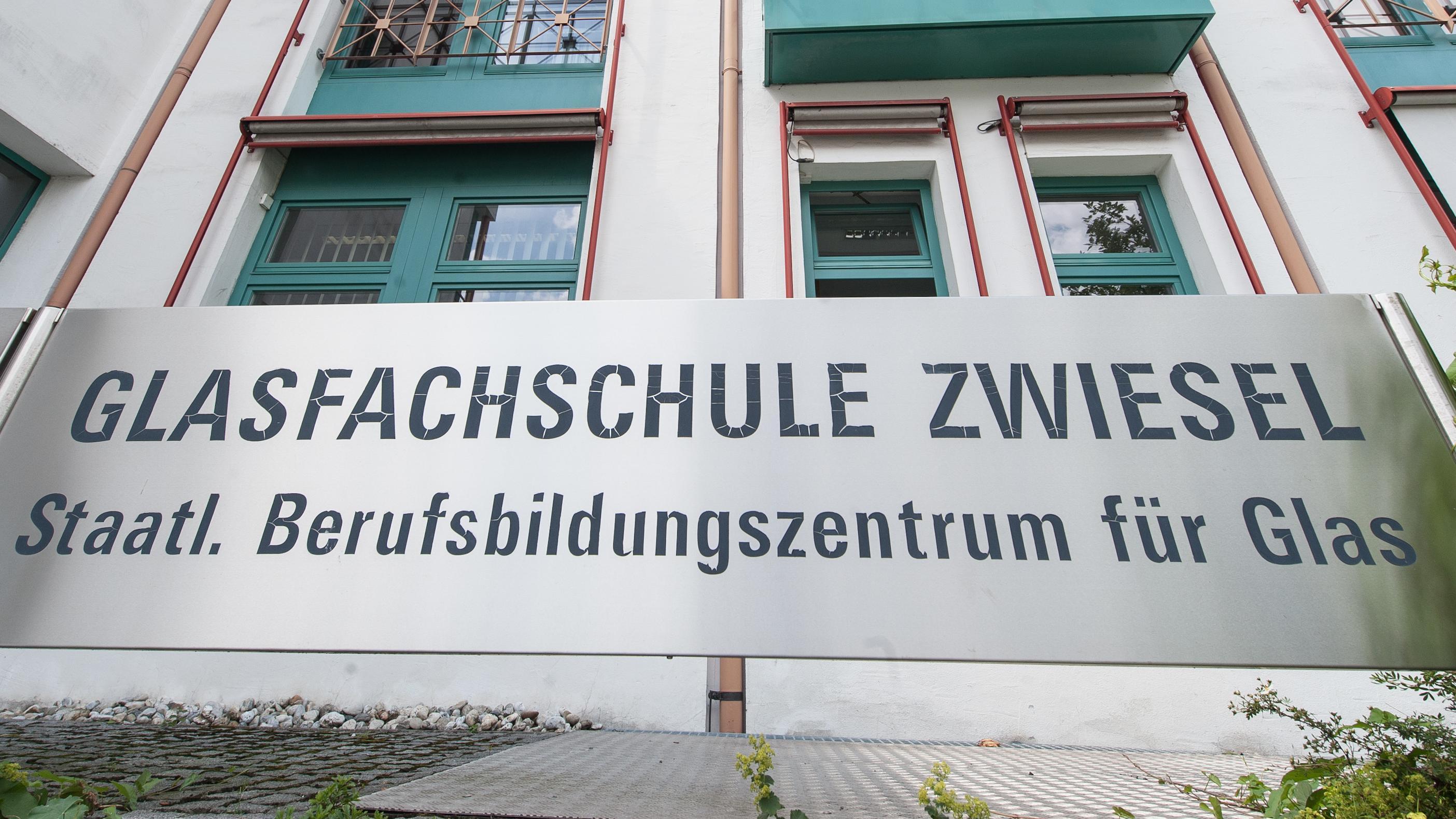 Schild an der Glasfachschule Zwiesel