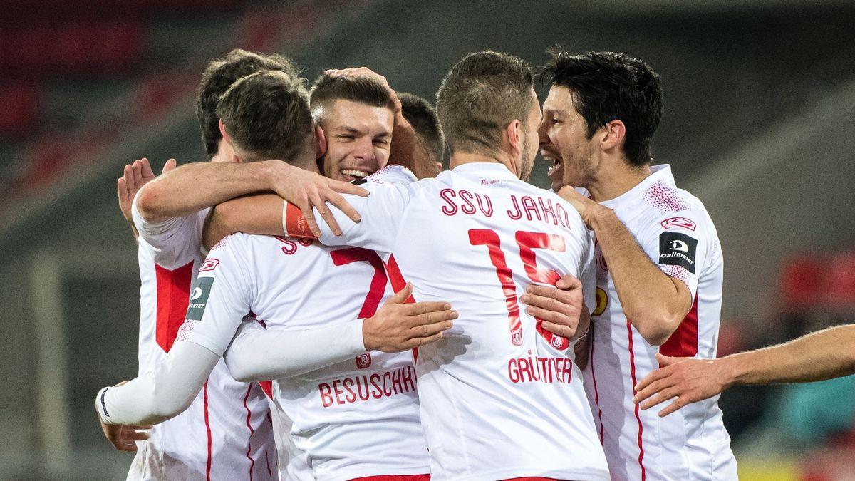Freude bei Spielern des SSV Jahn Regensburg.