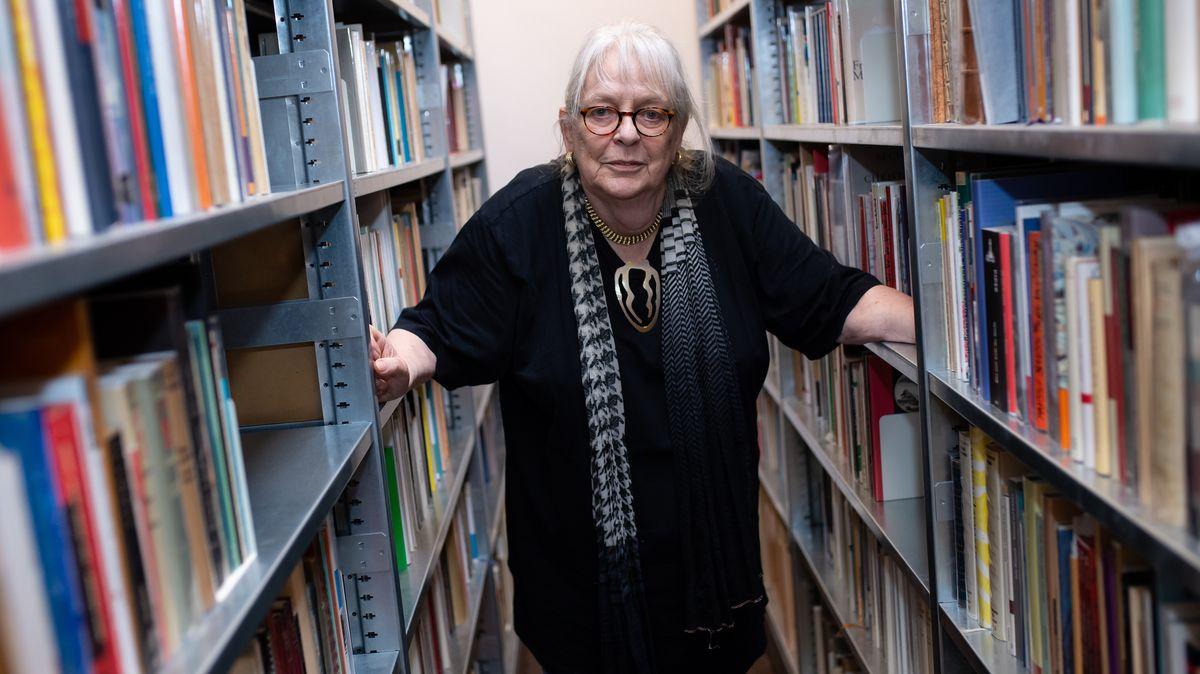 Ursula Haeusgen in ihrer Bibliothek