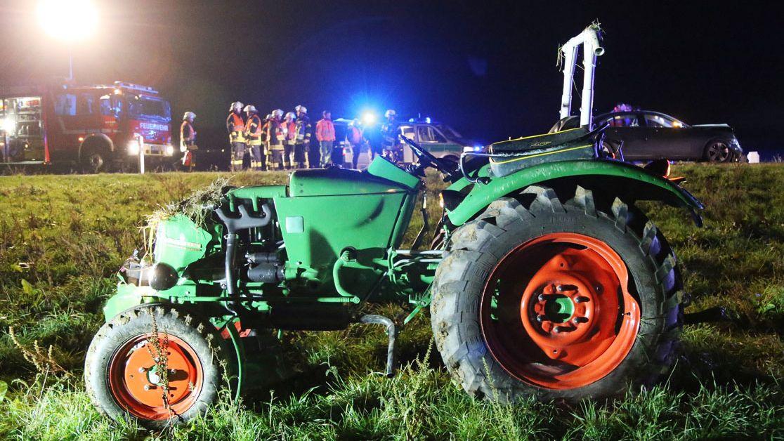 Nach einem Auffahrunfall rollte der Traktor führerlos über ein Feld.