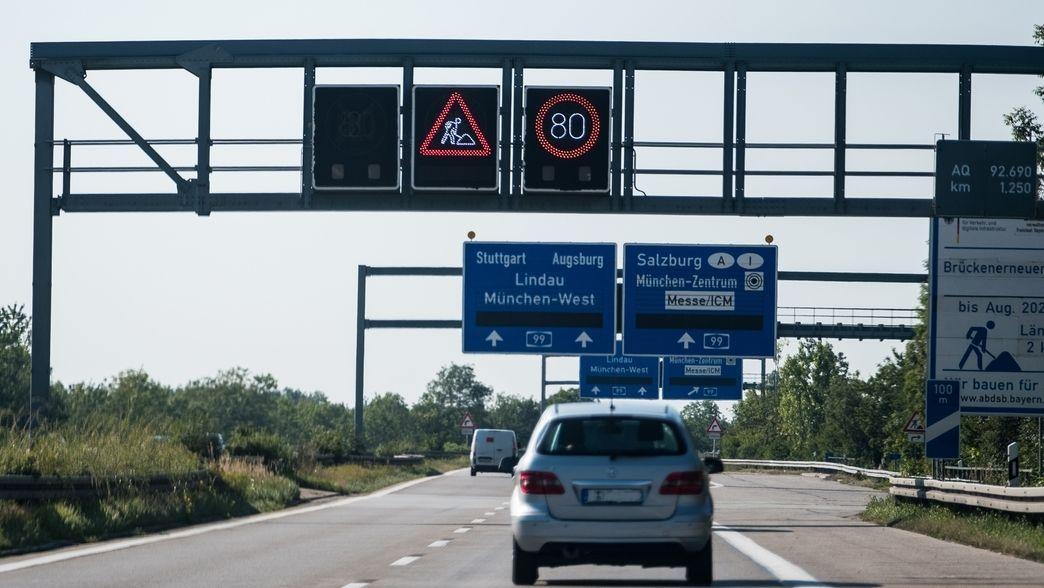 Ein Hinweisschild wegen einer Baustelle auf der Autobahn A92 Höhe Oberschleißheim.