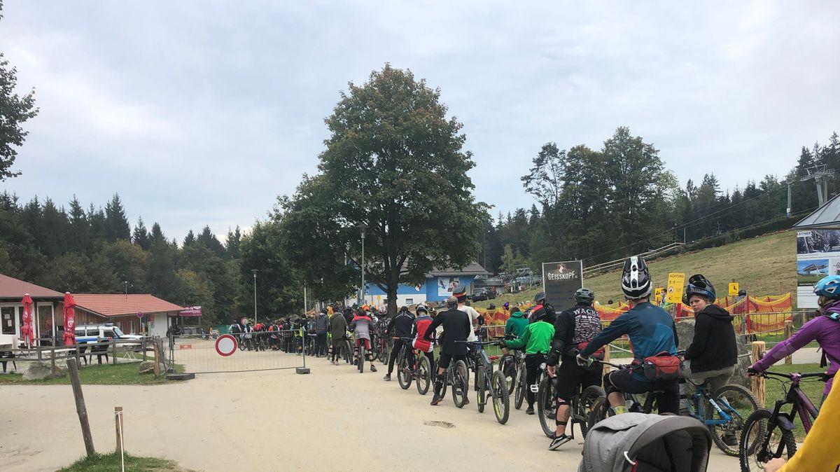 Lange Schlange vor der Liftanlage am Bikepark Geißkopf