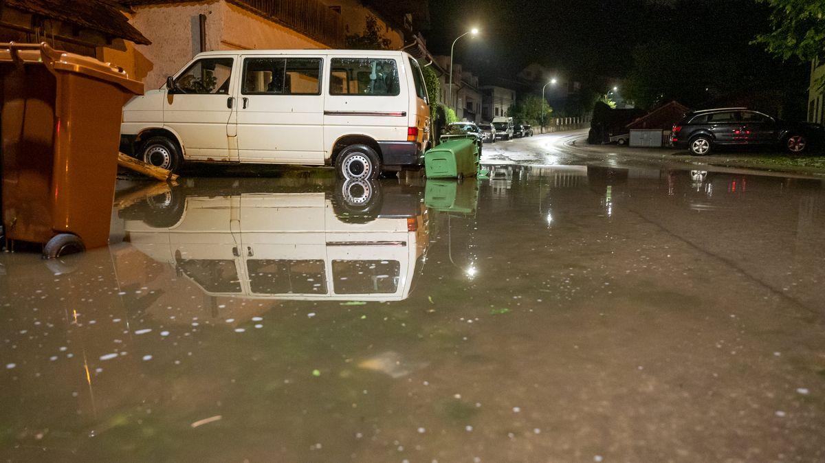 Ein Wagen steht auf der Straße im oberbayerischen Wolfratshausen, die nach dem Unwetter am späten Abend unter Wasser steht.