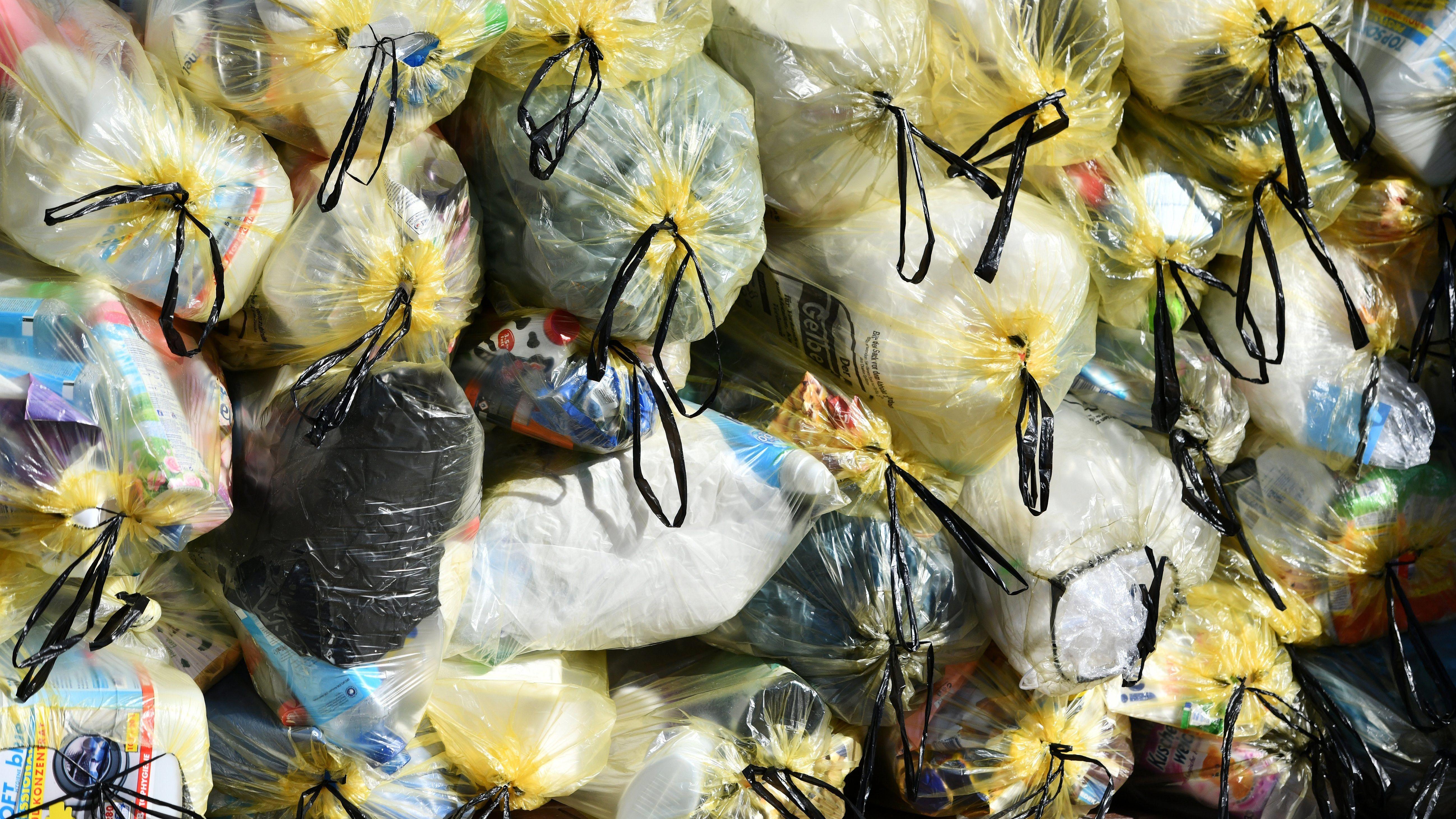 Gelbe Säcke mit Kunststoff-Abfällen (Grüner Punkt) stapeln sich am Straßenrand, aufgenommen am 20.03.2019 in Freising