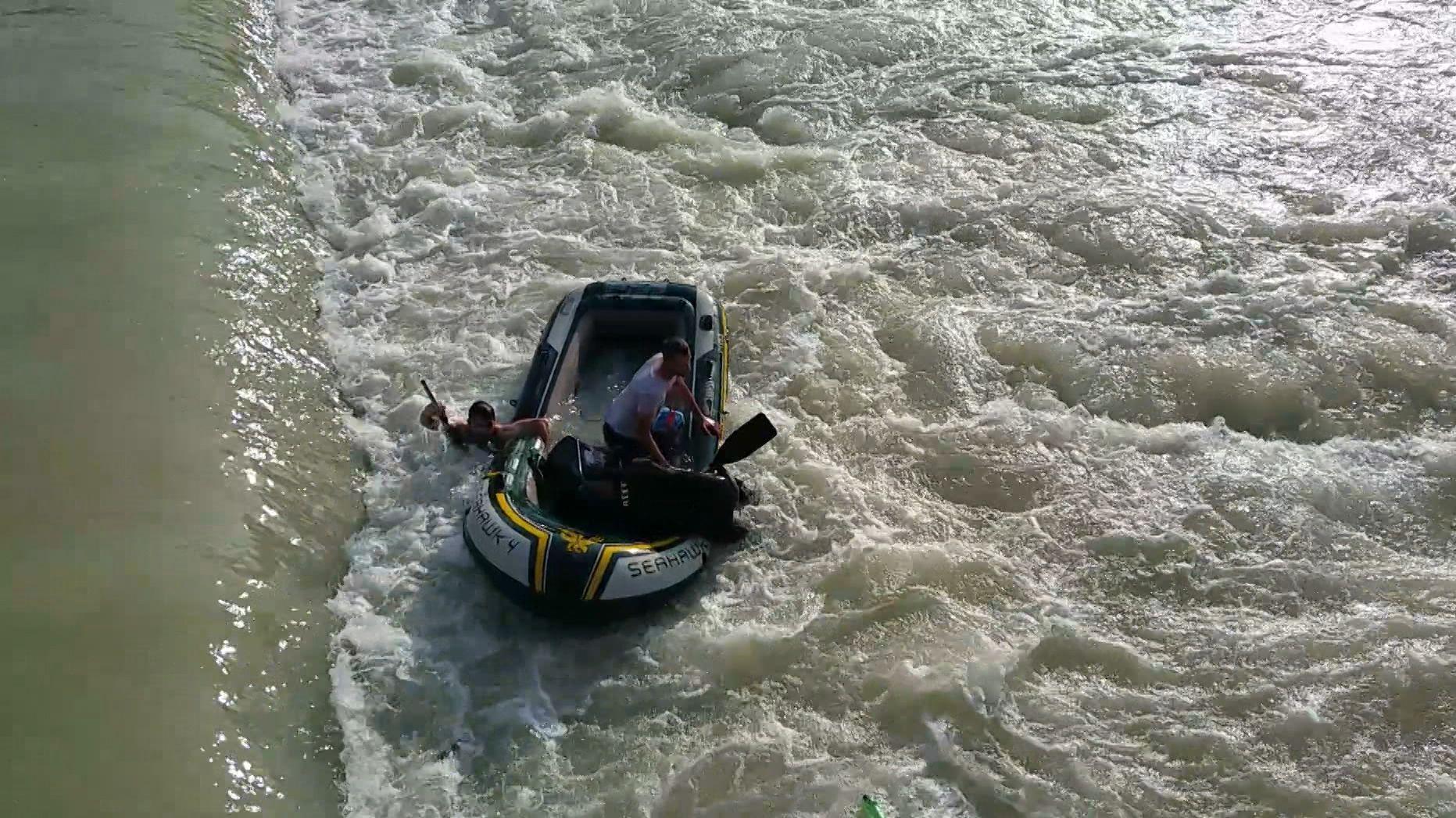 Schlauchbootfahrer in Wasserwalze