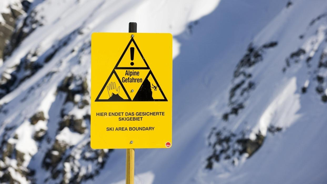 Lawinenschild warnt vor alpinen Gefahren