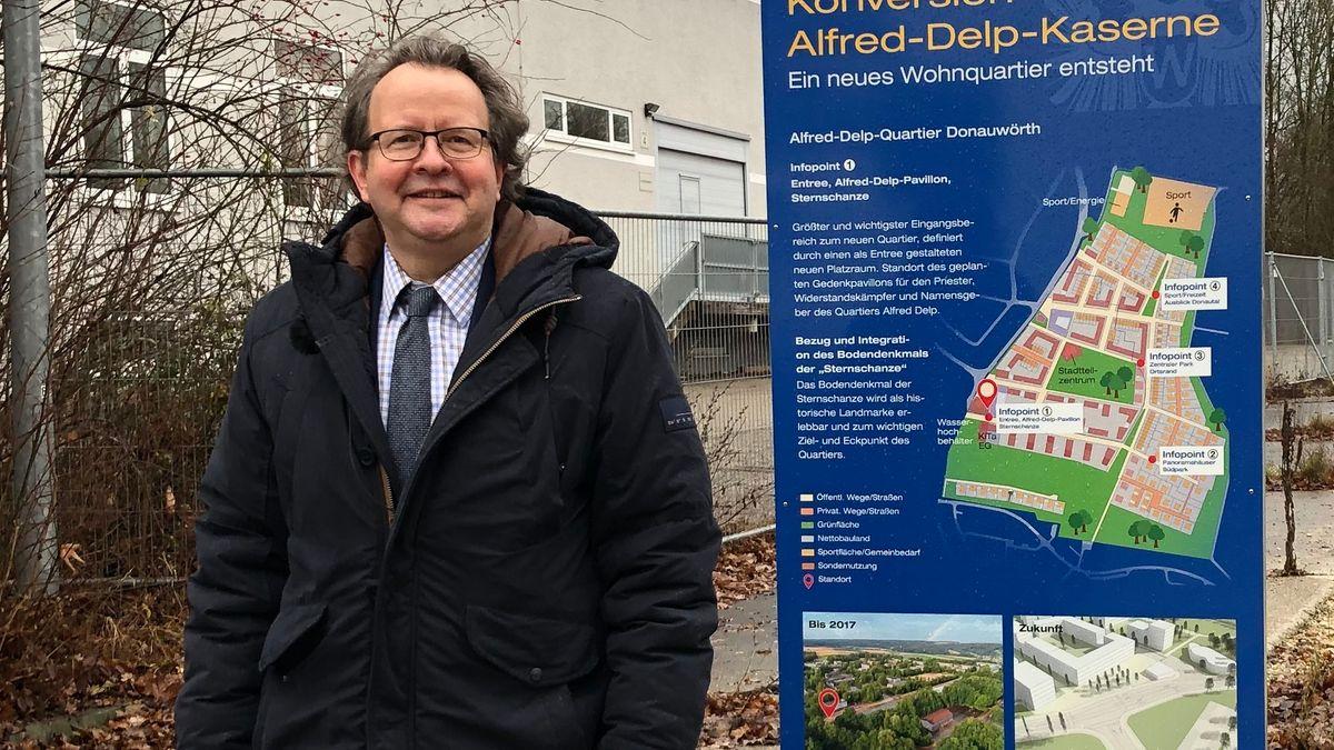Armin Neudert vor dem ehemaligen Ankerzentrum für Flüchtlinge in Donauwörth
