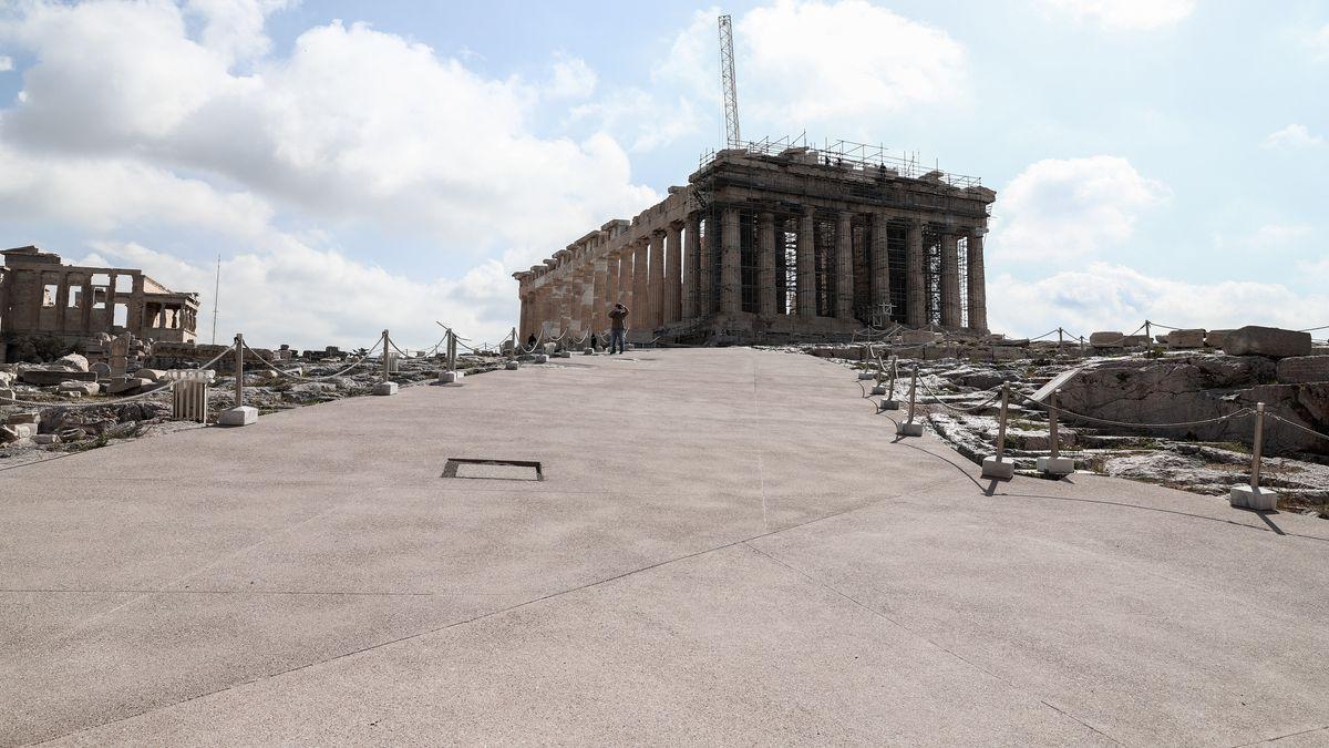 Breiter Betonweg führt zum Parthenon