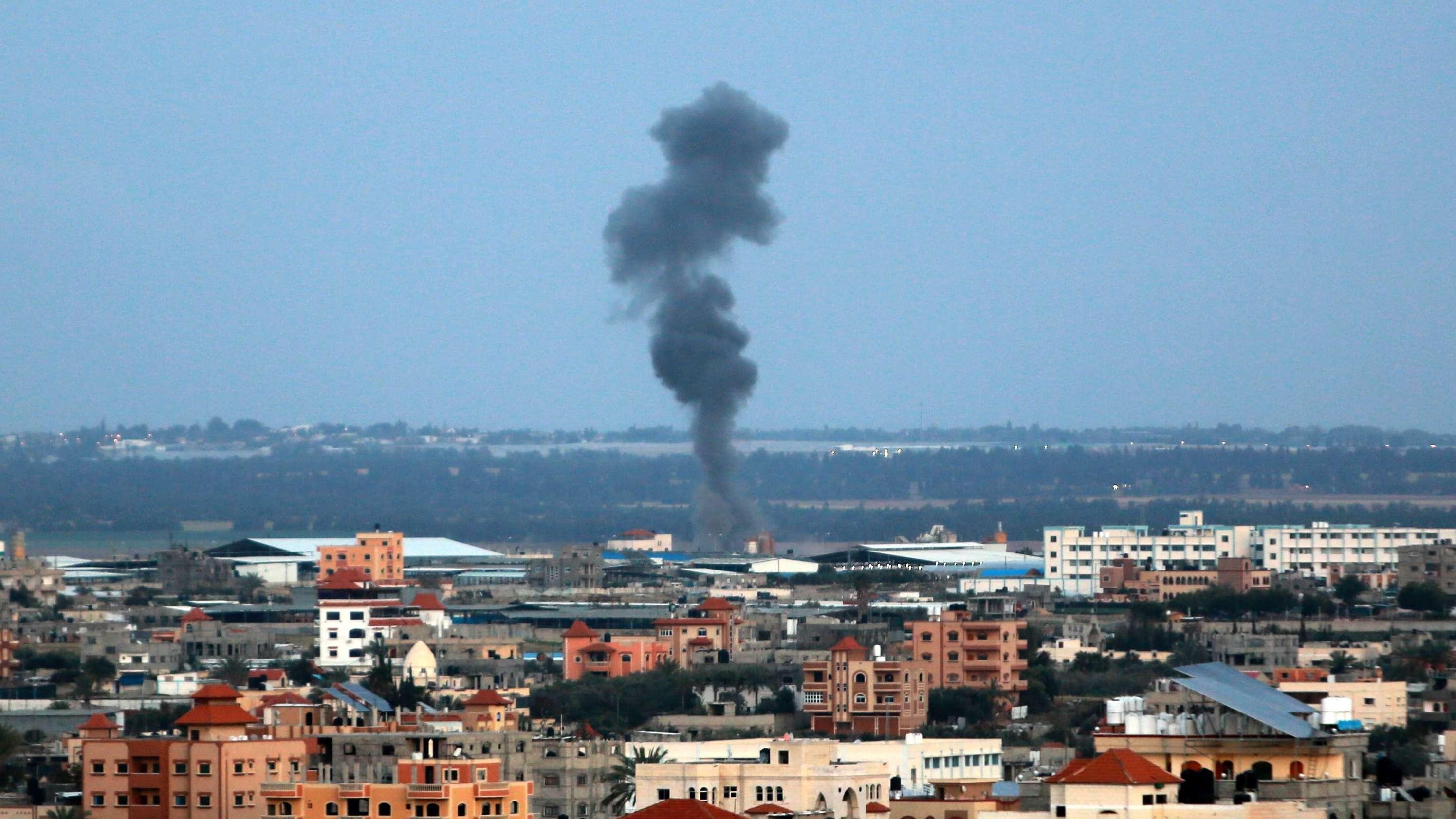 Rauch steigt auf nach einem Angriff israelischer Kampfjets am 25. März im Gazastreifen.